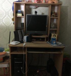 Кампьютер и полка в комплекте
