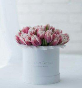 Premium Красно-белые тюльпаны в шляпных коробках