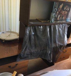 Отдаётся стенка и лакированный письменный стол