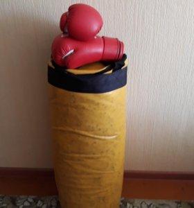 Груша боксерская и перчатки.