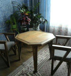 Столы и стулья ручной работы.