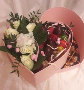 коробка с цветами макарони клубниой в шоколаде и