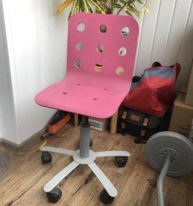 Розовый компьютерный стул на колёсах