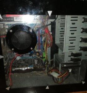 Компьютер с монитором, мышью и клавой.