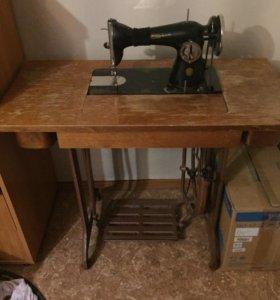Швейная машинка ПМЗ Подольск с ножным приводом