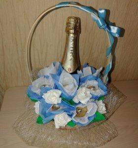 Корзина с конфетами и шампанским
