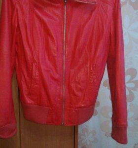 Куртка  в отличном состоянии кожа!!!