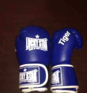 боксерские перчатки, бинты, щитки.