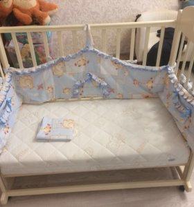 Детская кроватка с матрасом и постельным бельем !