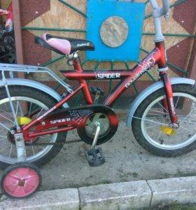 Детский велосипед со страховочными колесами