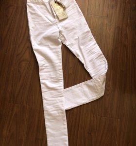 Новые белые джинсы на высокой талии