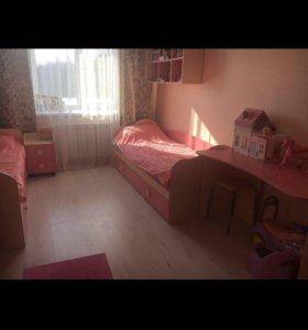 2 кровати, шкаф, стеллаж, письменный стол и т.д.