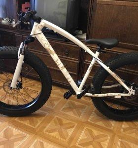 Велосипед с широкими колёсами.