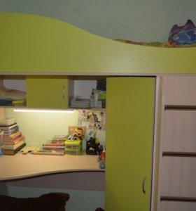 Набор кровать: чердак и стол.
