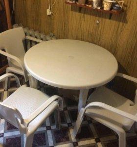 Пластиковый стол и 4 стула