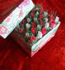 Коробочка с цветами из конфет