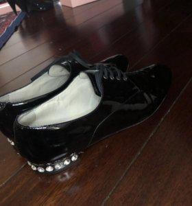 Туфли лаковые с камнями