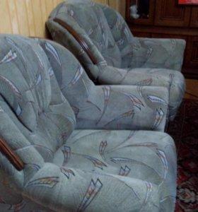 Диван и два кресла в хорошем состоянии