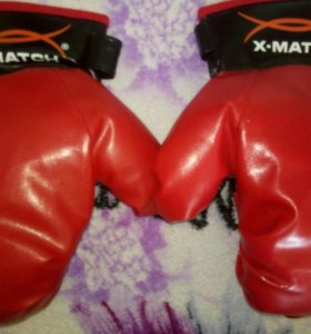 Боксерские перчатки и груша