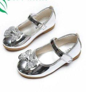 Новые туфли на девочку очень красивые
