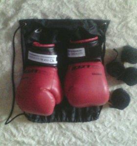 Боксёрские перчатки и бинты