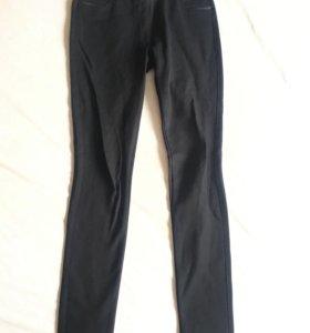Темно-синие женские штаны.