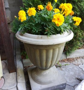 Бетонные вазоны для цветов в сад