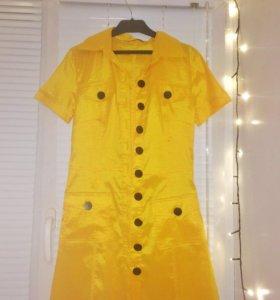 Жёлтый плащ, кардиган, платье