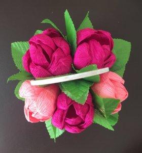 Искусственные цветы в корзинке
