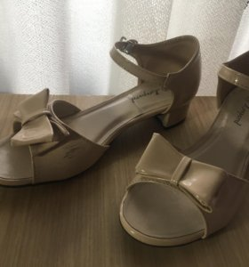 Детские туфли на каблуке