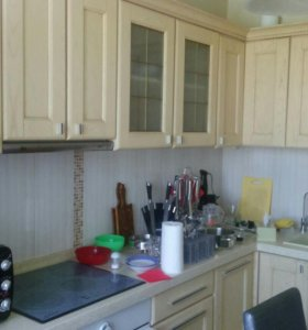 Кухонный гарнитур с техникой и каменой столешн