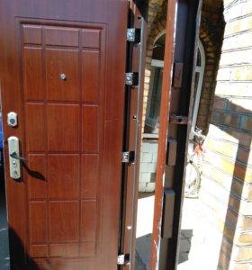 Входная,металлическая дверь.