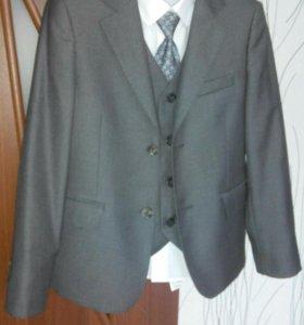 Продам костюм серого цвета на мальчика для школы.