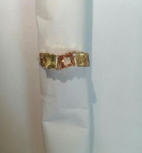 Красивое золотое кольцо с бриллиантами.