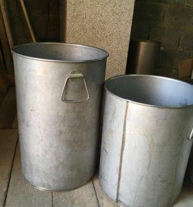 Набор баков из нержавеющей стали.