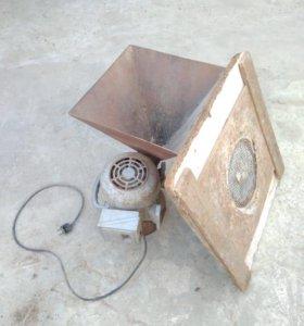 Электродвигатель с мельницей для измельчения зерна