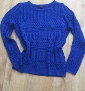 Ярко-синий свитер крупной вязки