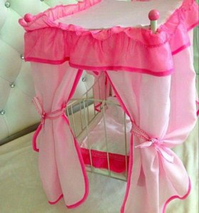 Кровать с балдахином и куклой