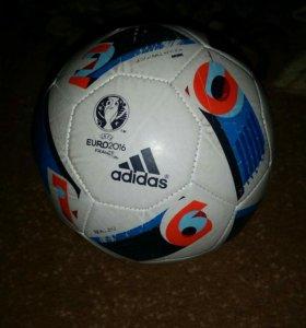 Маленький футбольный мяч Adidas