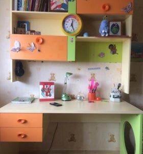 Школьный стол и полки