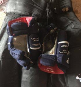 Хоккейные шорты и перчатки