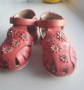 Сандали фирмы сказка+кроссовки