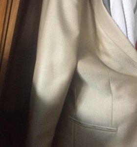 Продам белый костюм на мальчика, лет от 14 до 15