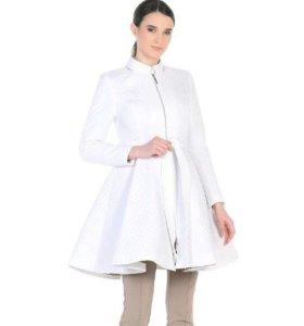 Белое пальто плащ