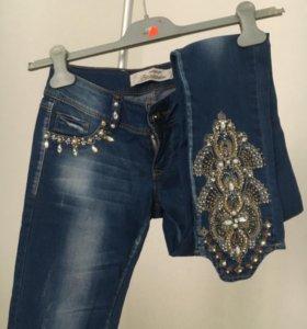 Новые джинсы со стразами камнями