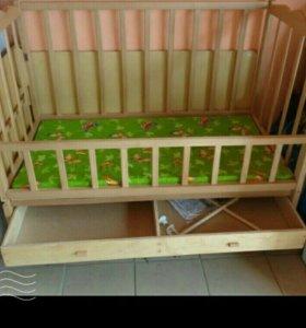 Деревянная кроватка с матрасом в отличном состояни