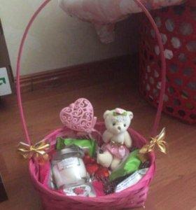 Подарочная корзина игрушка свечка цветы конфеты