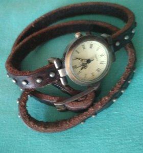 Часы с кожаным ремешком.