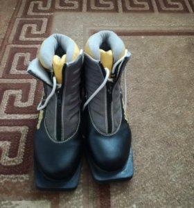 Лыжи с ботинками.