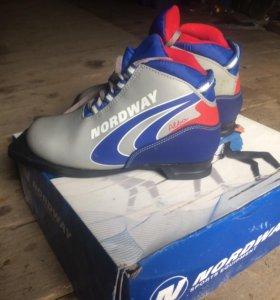 Лыжные ботинки с креплением и лыжами